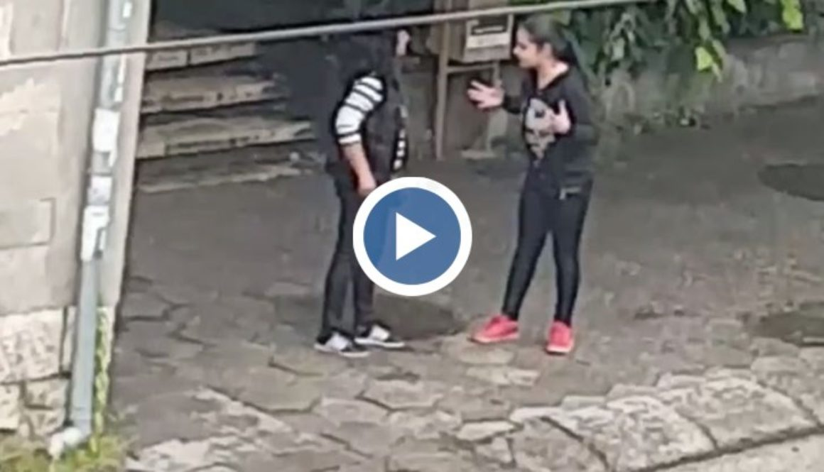 Дъщеря бие майка си на улицата