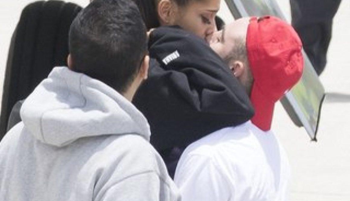 Съсипаната Ариана Гранде в прегръдките на гаджето си ( СНИМКИ )